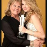 Taylor Swift with her mother Andrea Finlay
