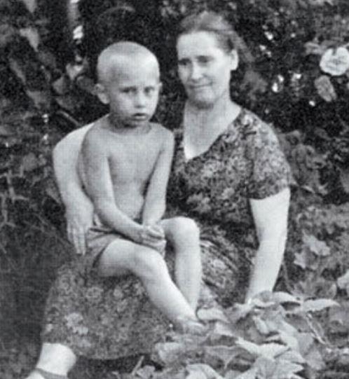 Vladimir Putin With Mother Maria Ivanovna Putina Celebrities Infoseemedia