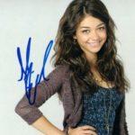 Sarah Hyland signature